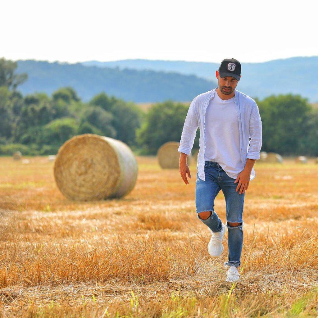 Андрей Бедняков на фотосессии в поле