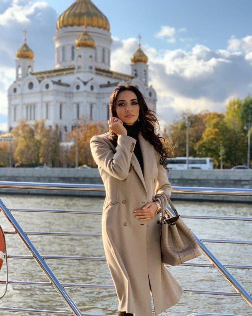 Зара гуляет по достопримечательностям Москвы