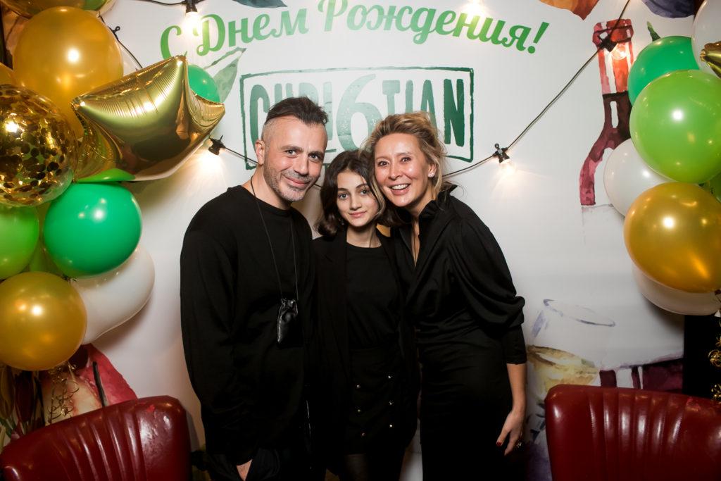 Александр Сирадекиан с дочкой Эмануэлой и Дина Хабирова