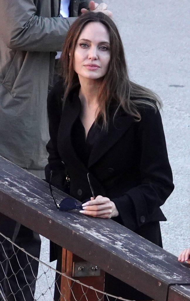 В перерывах между премьерами: Анджелина Джоли на прогулке с детьми