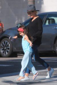Семейный завтрак: Мила Кунис и Эштон Кутчер с детьми в Калифорнии