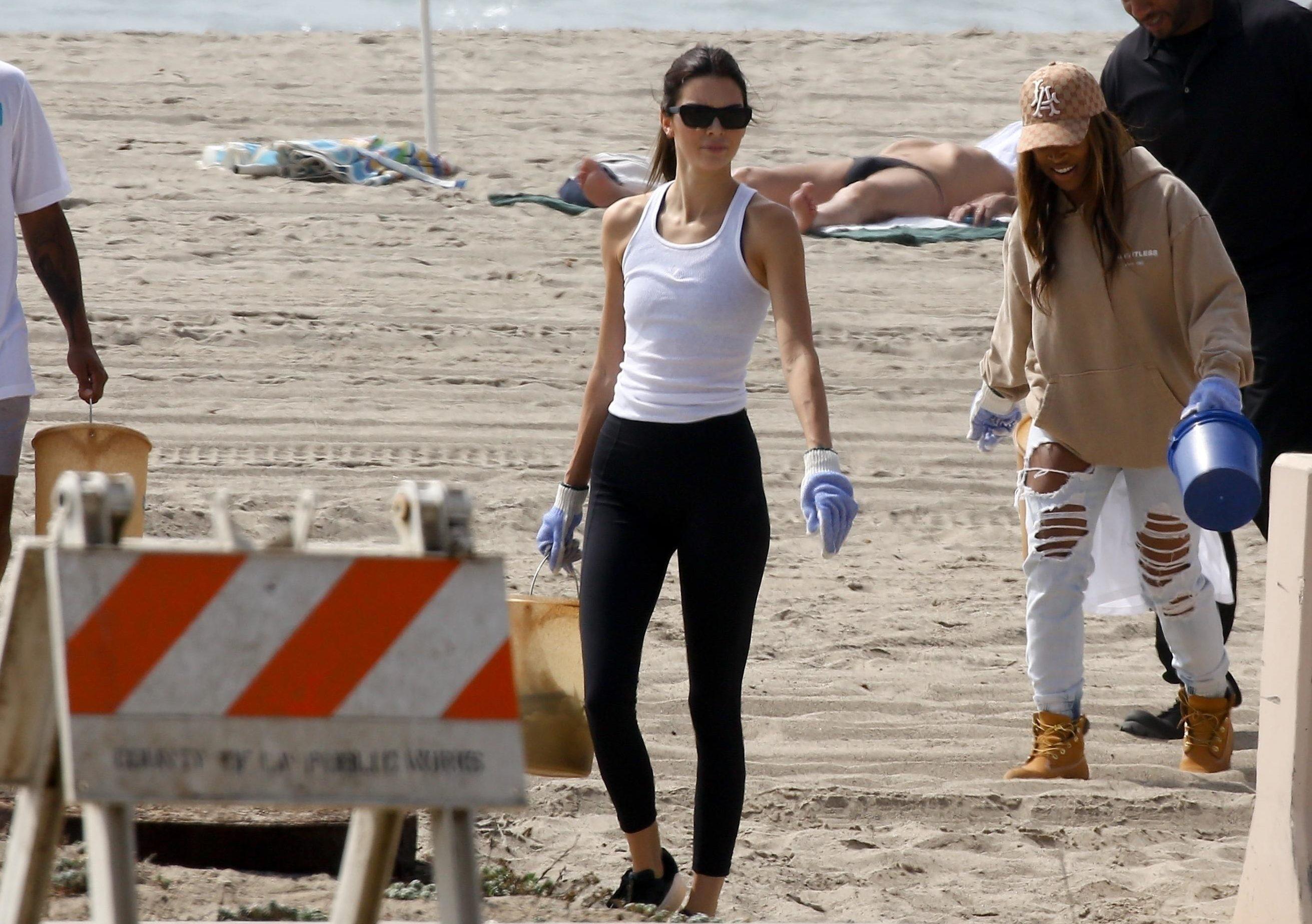 Берем пример! Кендалл Дженнер и Хлоя Кардашьян очистили пляж от мусора