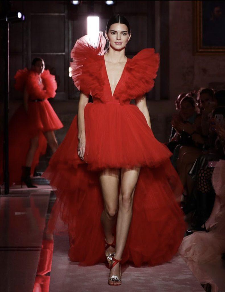 Это надо видеть! Кендалл Дженнер в красном платье взорвала показ Giambattista Valli Loves H&M