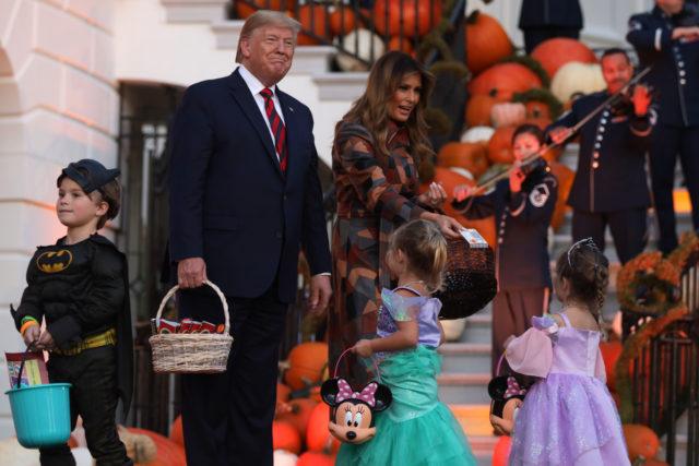 Хэллоуин уже скоро: Дональд и Мелания Трамп устроили праздник в Белом доме