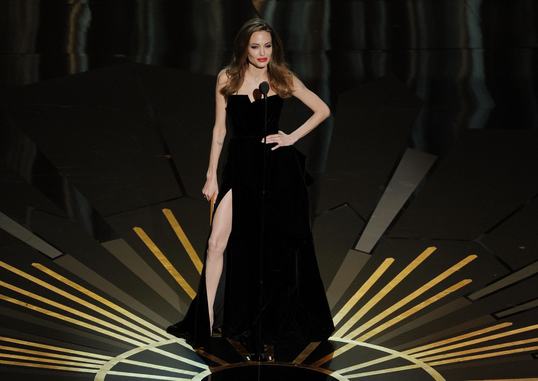 Ну очень горячо! Джоли о самом откровенном платье и другие голые выходы звезд