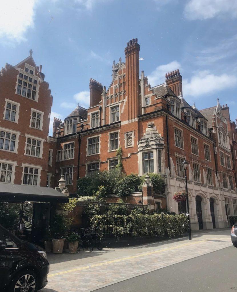 Chiltern Firehouse — уютный отель в здании 80-х в самом модном районе Лондона. Рядом — магазины, бары и рестораны!