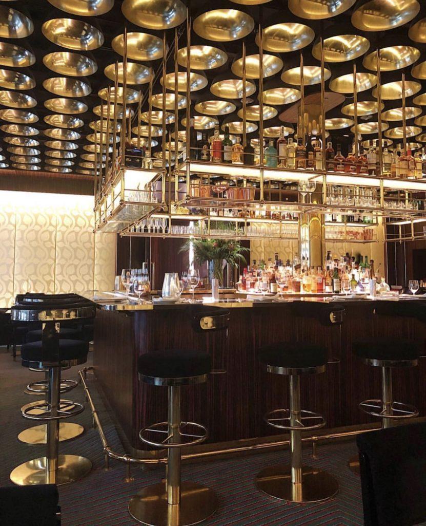 Бар Isabel Mayfair — если не знаешь, где повеселиться ночью, то это — отличный вариант! Классные напитки, закуски и атмосфера.