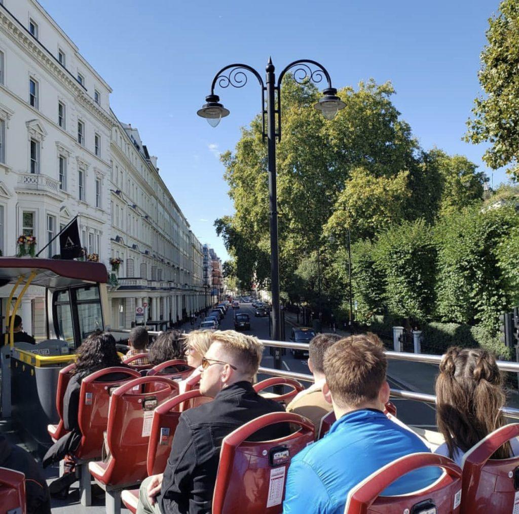 Hop On Hop Off Bus — двухэтажные автобусы для экскурсий по городу.