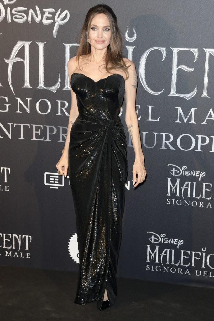 Хороша! Анджелина Джоли в опасном черном платье на премьере «Малефисенты»