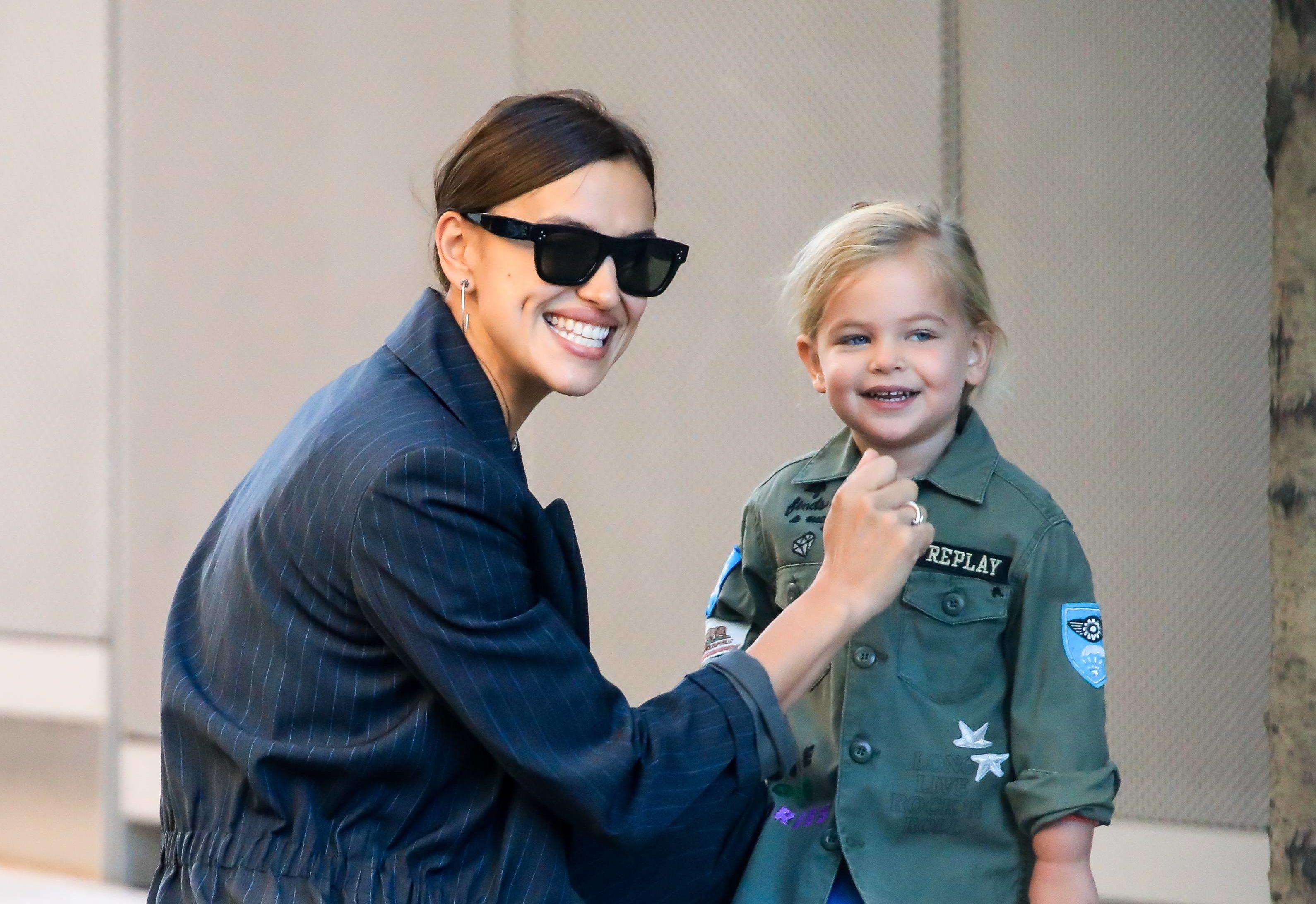 Всегда вместе! Ирина Шейк на прогулке с дочкой в Нью-Йорке