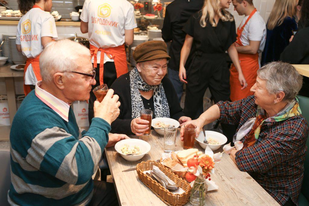 В Москве открылось кафе, где пенсионеры смогут обедать бесплатно