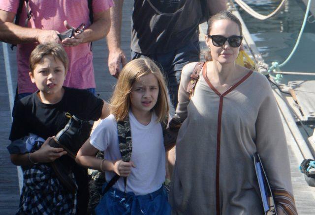 Обожаем! Анджелина Джоли на морской прогулке с детьми
