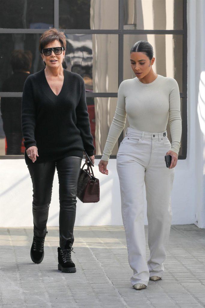 Мечта, а не фигура! Ким Кардашьян на прогулке с мамой