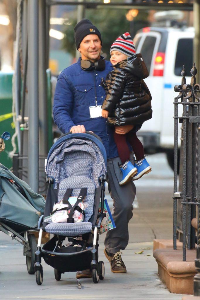 Пока дочка с папой: Ирина Шейк в ботфортах танцует на улицах Нью-Йорка