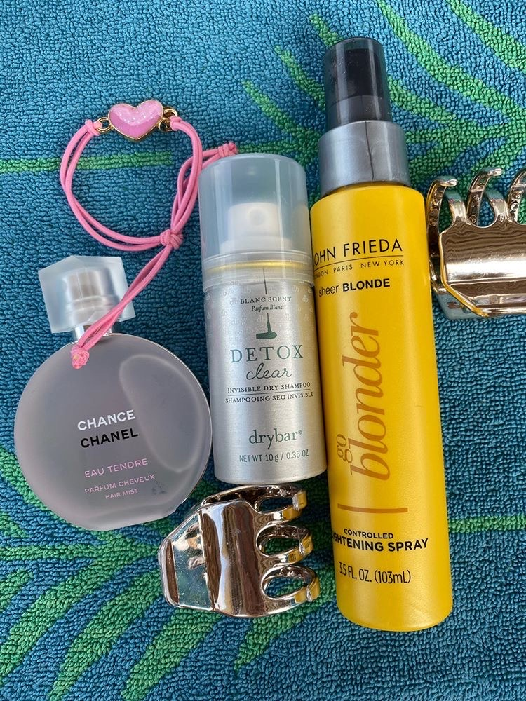 Аромат Chance Eau Tendre Chanel (от 10000 р.), шампунь Drybar Detox (от 650 р.), спрей для волос John Frieda (от 720 р.)
