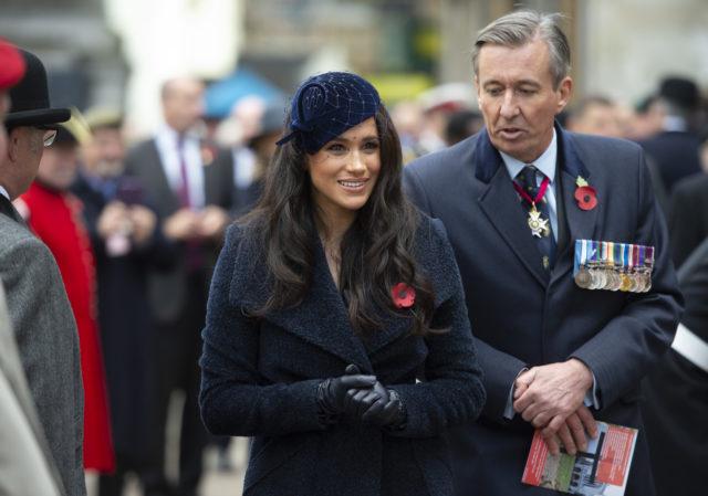 Не просто украшение: почему все члены королевской семьи носят брошь в виде красного цветка?