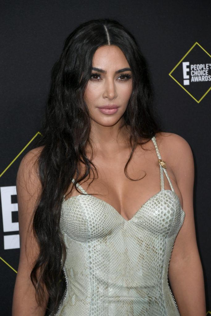 Королева! Ким в облегающем платье на People's Choice Awards 2019