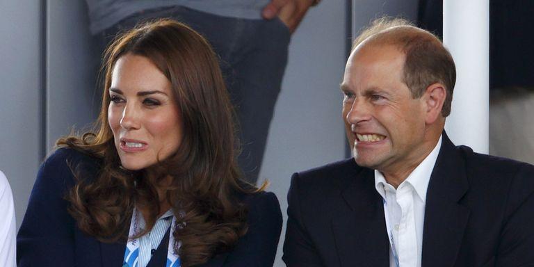 Елизавета II на коне и принц Гарри, показывающий язык: самые смешные фото королевской семьи