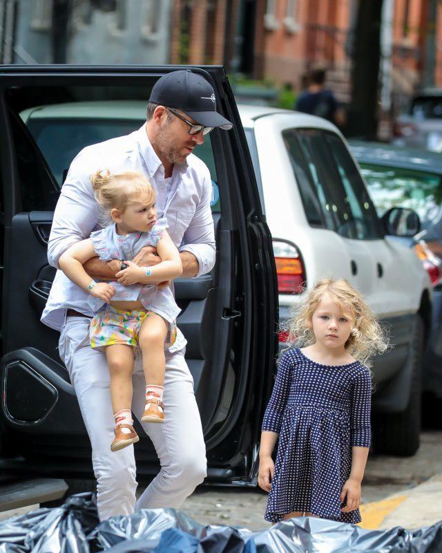 Не мог представить, что стану отцом троих девочек: Райан Рейнольдс о дочерях