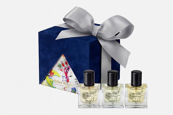 Мужской набор ароматов Miller Harris, 10 300 р. В милой подарочной коробке три классных аромата: кожаный Etui Noir, табачный Feuilles de Tabac и древесный Vetiver Insolent. Стильные флаконы – еще один приятный бонус.