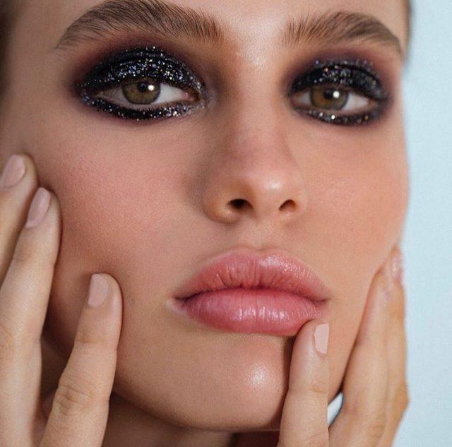 Сияния много не бывает: как сделать модный новогодний макияж с блестками?