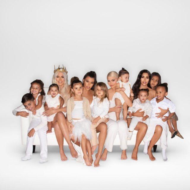 Ким Кардашьян появилась на рождественской открытке без сестер. Рассказываем, почему