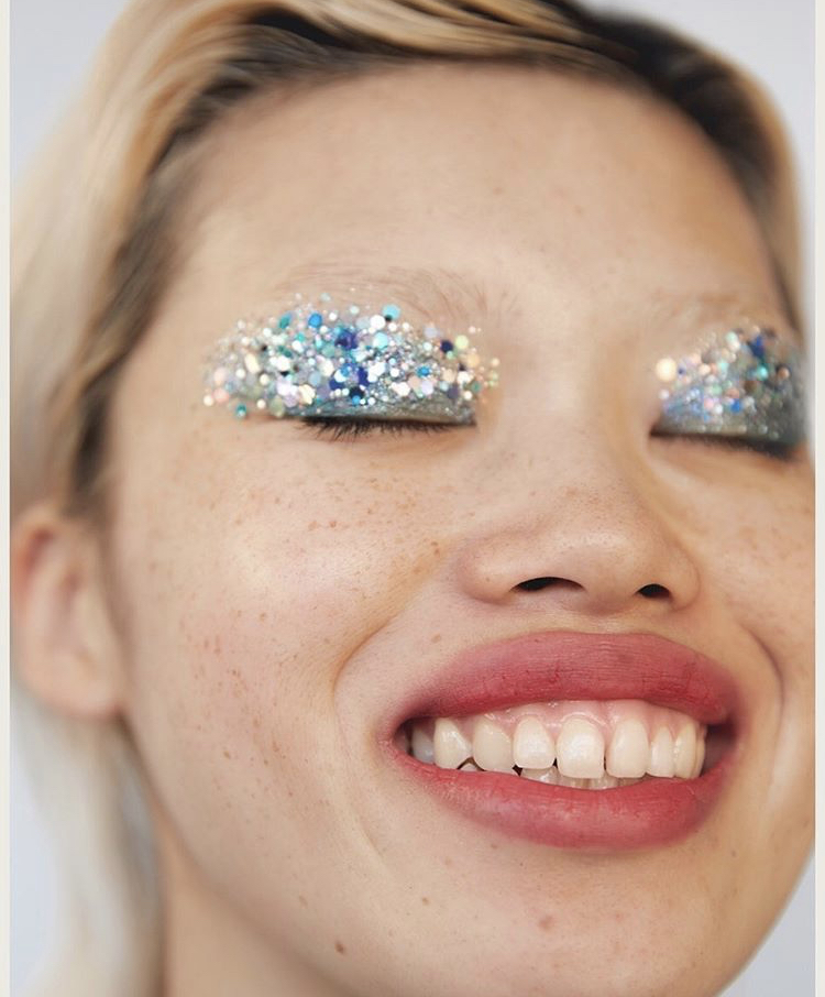 Без внимания не останешься: макияж со стразами и бусинами