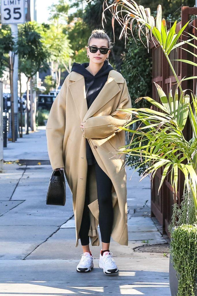 Бежевое пальто и черный костюм: Хейли Бибер на прогулке в Лос-Анджелесе