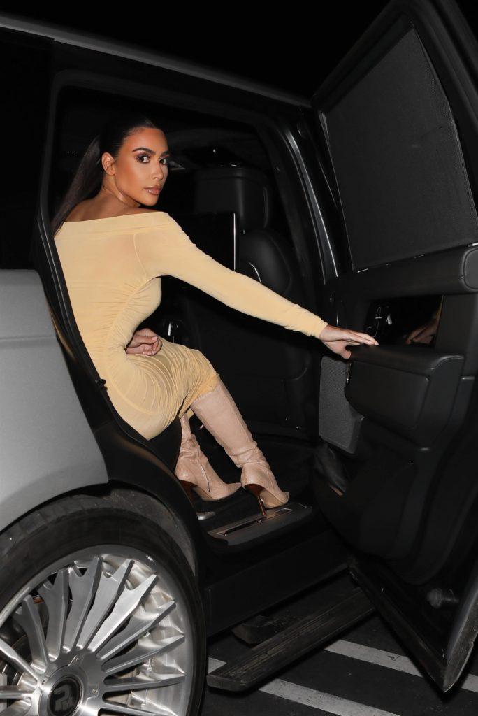 В ботфортах и обтягивающем платье: новый выход Ким Кардашьян