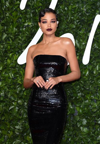 Графичные стрелки, сияющие смоки и яркие губы: самые красивые бьюти-образы The Fashion Awards