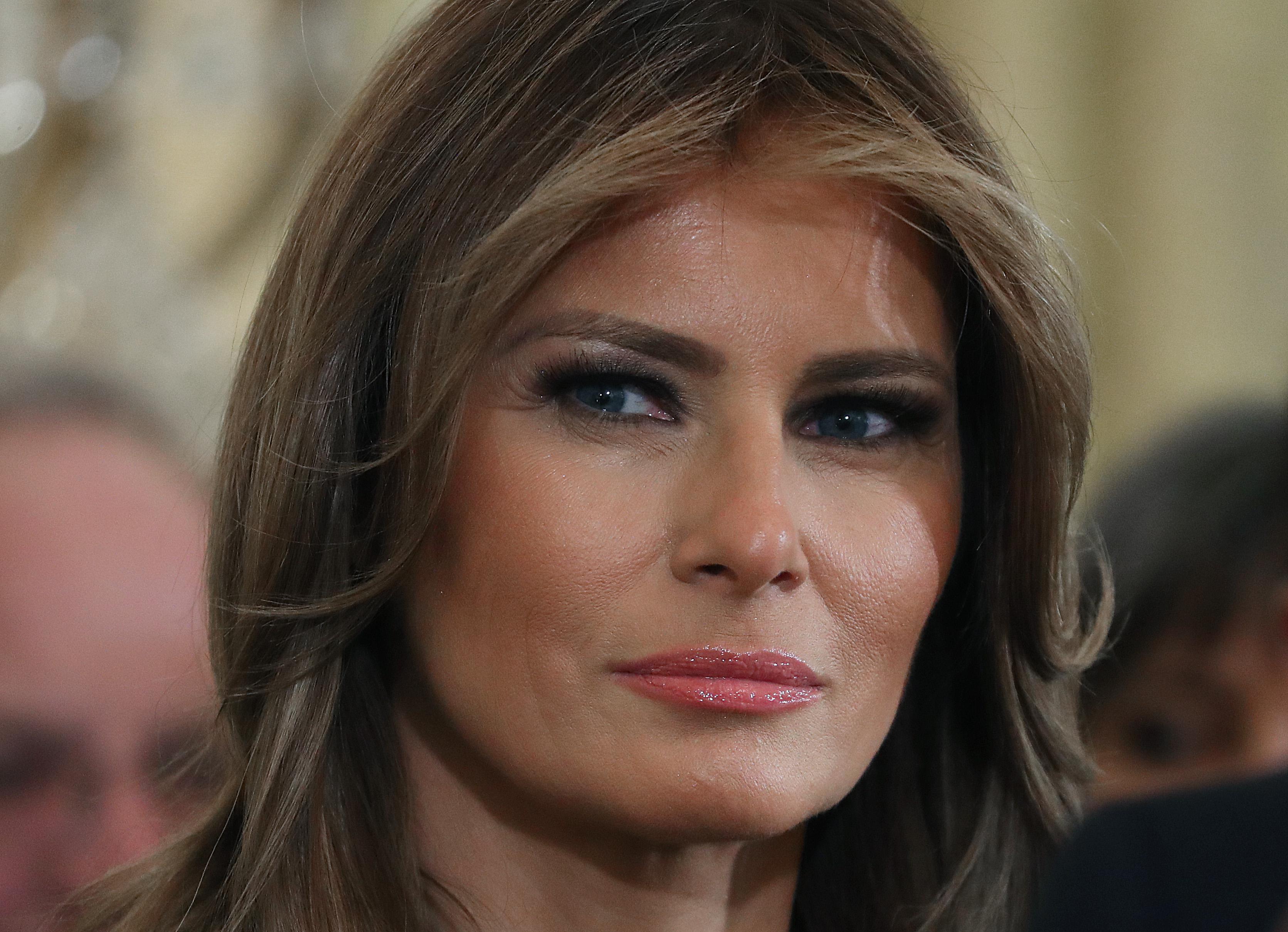 Наряд-заявление: Мелания Трамп выделилась среди демократок черным костюмом