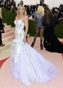 В день рождения Джанни Версаче: культовые платья бренда