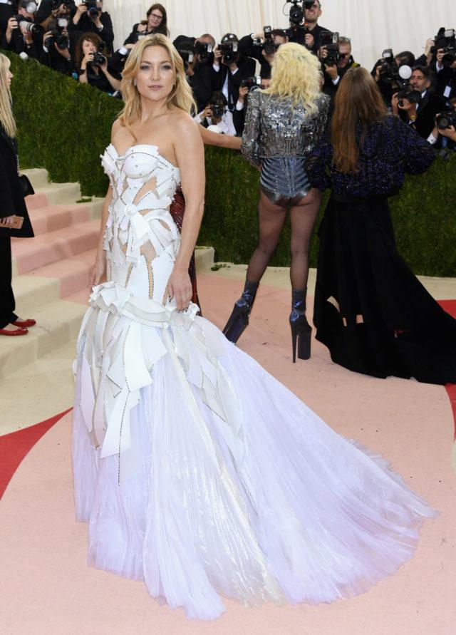 В день рождения Джанни Версаче: культовые платья дизайнера11