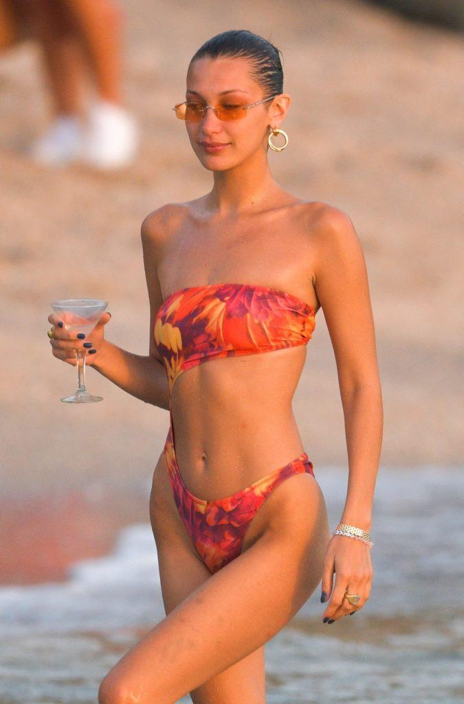 Фото в бикини: Белла Хадид на отдыхе в Майами