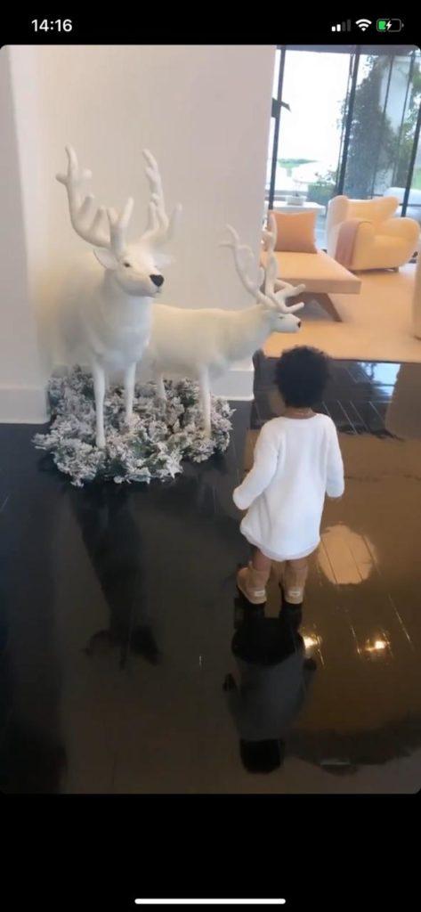 Вдохновляемся! Как Хлои Кардашьян украсила дом к Рождеству?