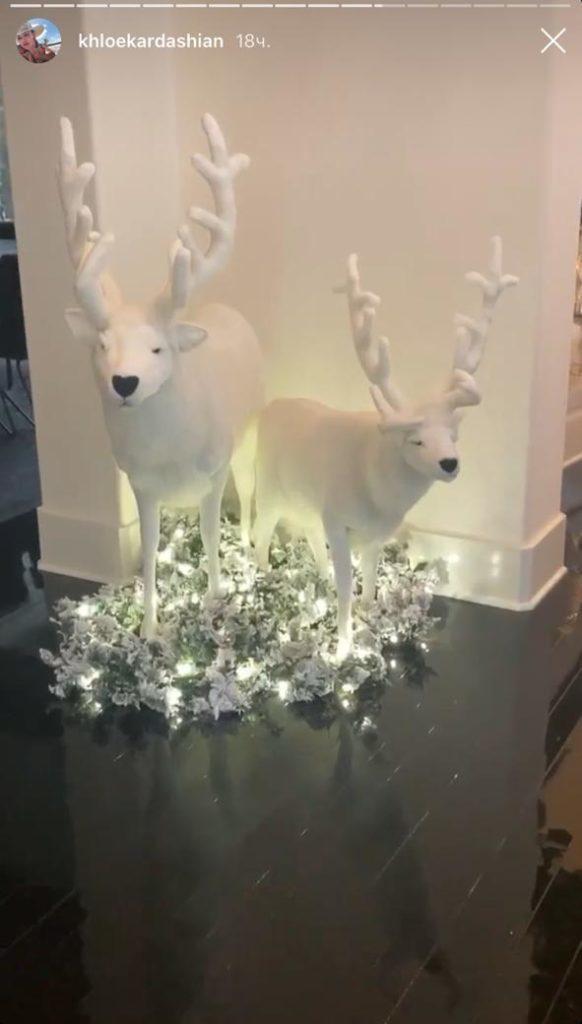 «Неужели я один вижу сходство с тампонами». Фанаты высмеяли рождественские украшения Ким Кардашьян