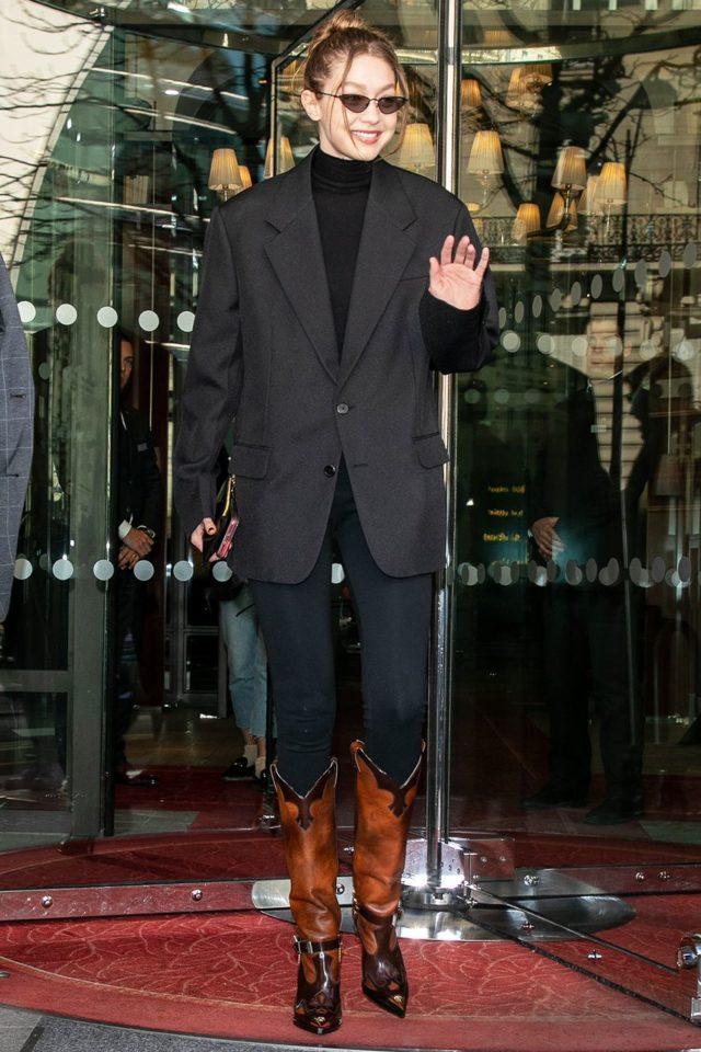Носи водолазку с оверсайзным пиджаком и высокими сапогами, как Джиджи Хадид