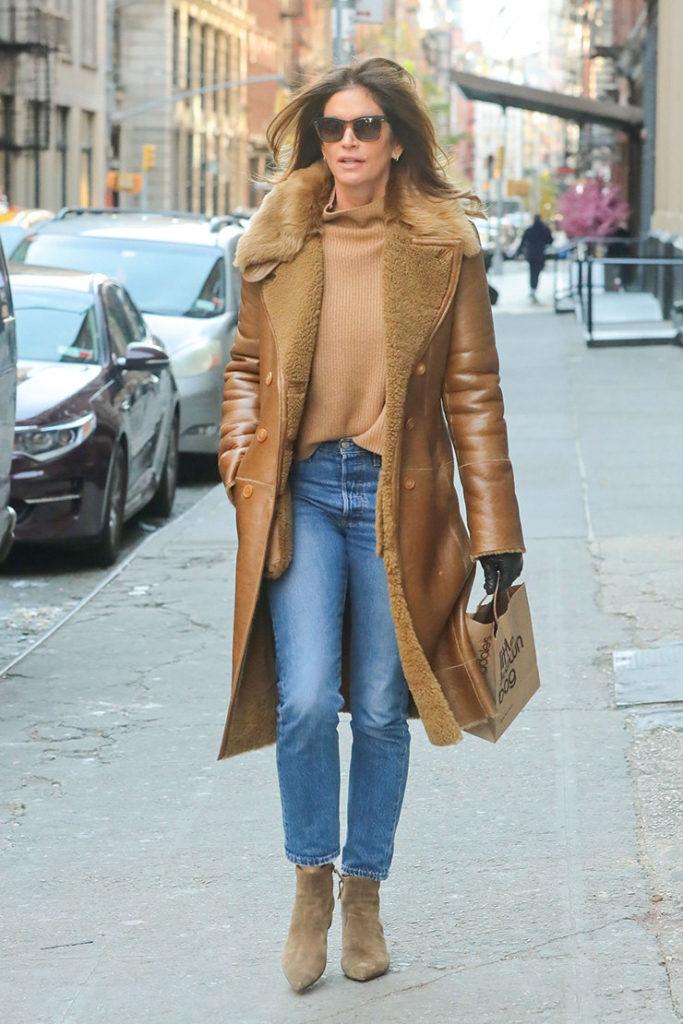 Носи коричневую водолазку в тон с эко-дубленкой и светлыми джинсами, как Синди Кроуфорд