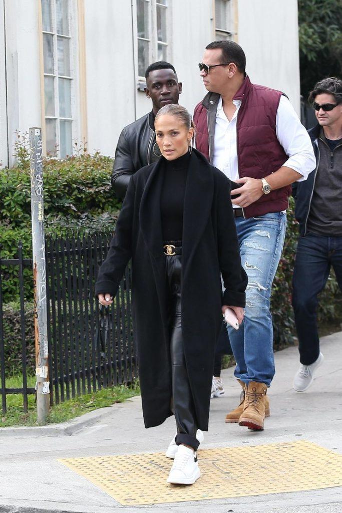 Носи черную водолазку с кожаными штанами и черным пальто