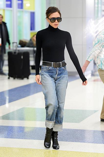 Носи черную водолазку со светлыми джинсами и широким ремнем, как делает это Виктория Бекхэм