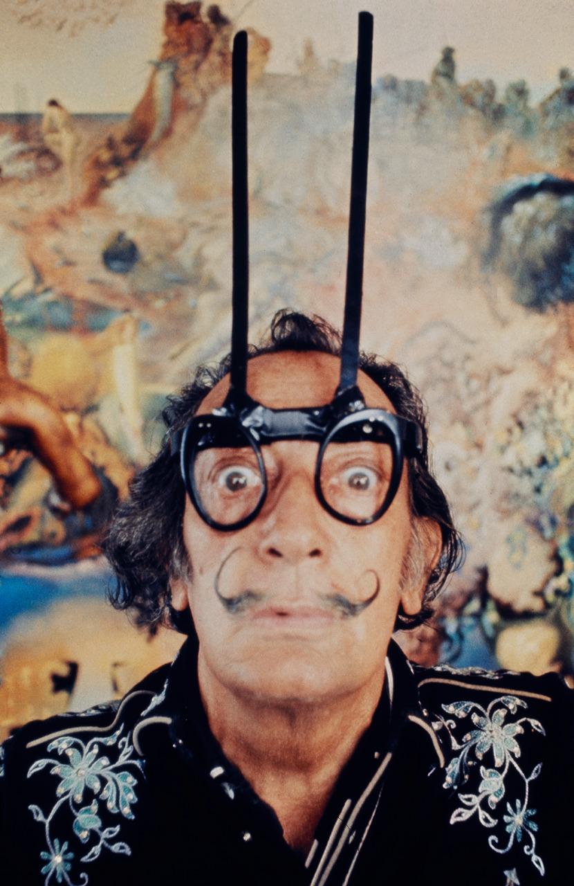 Сальвадор Дали в «телепатических очках» в своей студии в Порт-Льигате. 1968 Фотограф Роберт Витакер