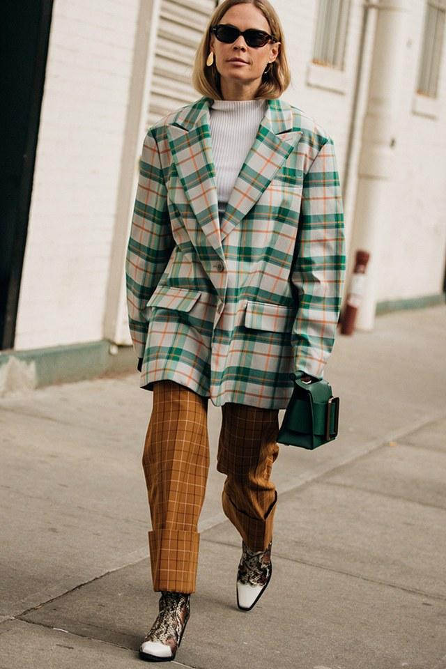 Носи оверсайз-пиджак поверх водолазки с брюками в клетку