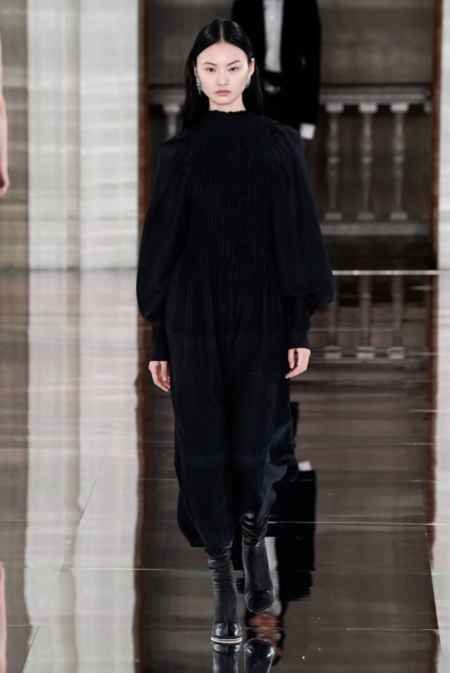 Показ Victoria Beckham на Неделе моды в Лондоне6