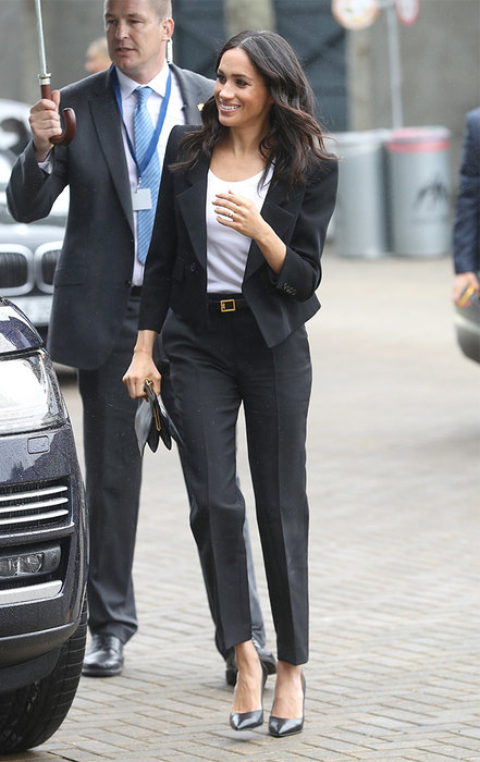 Носи черный костюм с белой футболкой и черным ремнем, как Меган Маркл.