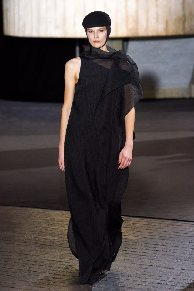 Показ Roland Mouret на Неделе моды в Лондоне40