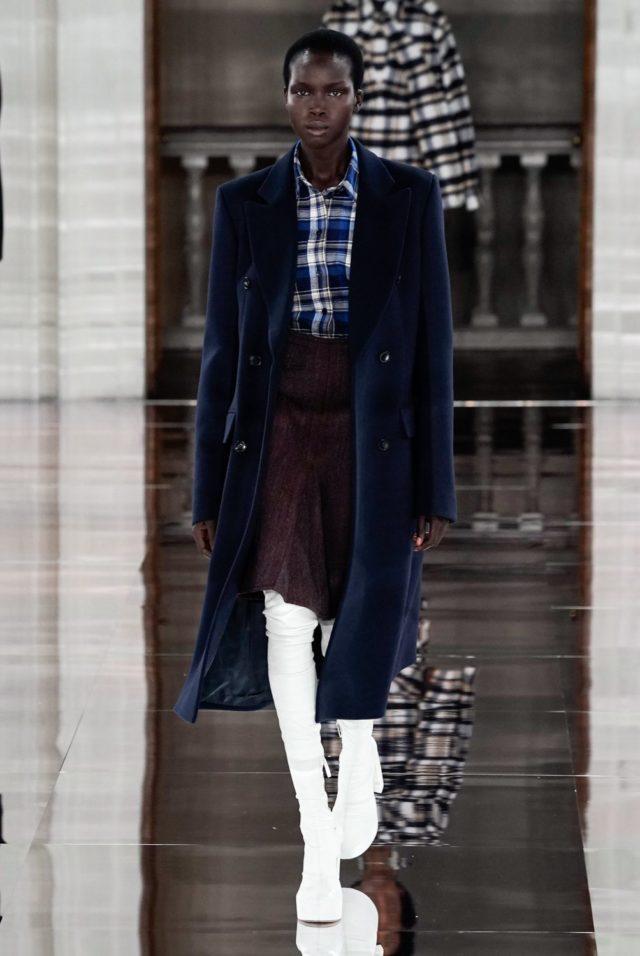 Показ Victoria Beckham на Неделе моды в Лондоне10