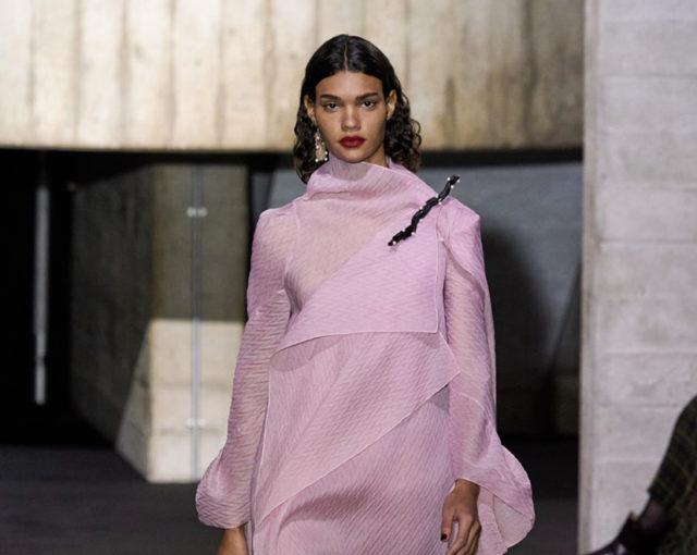 Показ Roland Mouret на Неделе моды в Лондоне0
