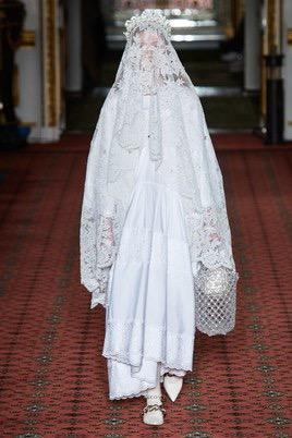 Показ Simone Rocha на Неделе моды в Лондоне34