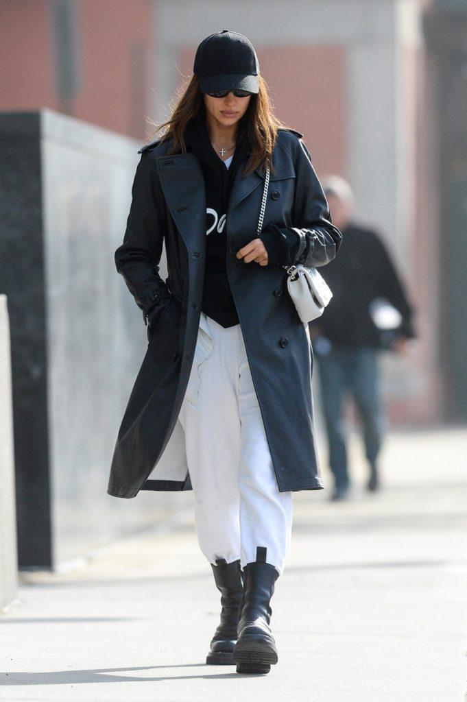Еще один вариант: белые штаны,грубые боты и кепка