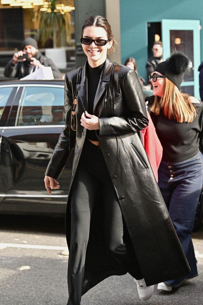 Еще один вариант от Кендалл: с черным спортивным костюмом